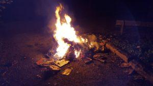 Brennende Altpapiertonne